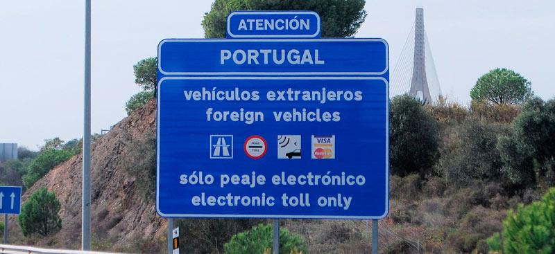 Foto: Cartel avisando del peaje electrónico en la autovía A-49 antes de entrar en Portugal.